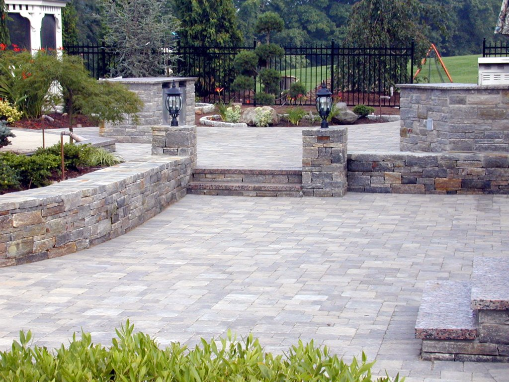 Diy paver patio cost patio design ideas for Paved garden designs ideas